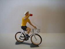 COUREUR CYCLISTE MAILLOT JAUNE VAINQUEUR DU TOUR DE FRANCE BUVANT A LA GOURDE