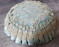 Superbe coussin pique épingle à chapeau en soie bleue et frivolité Réf 12528