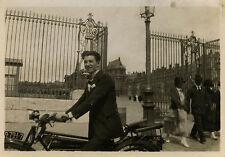 PHOTO ANCIENNE - VINTAGE SNAPSHOT - MOTO MOTOCYCLETTE HOMME GRILLE - MOTORBIKE