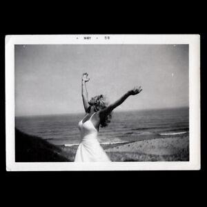 GORGEOUS SHAPELY BLOND WOMAN DANCES WILD oN EMPTY BEACH ~ 1958 VINTAGE PHOTO