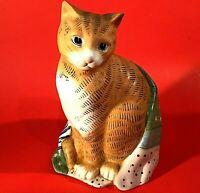 """TABBY CAT FIGURINE MARY LAKE THOMPSON WRAPPED IN QUILT 8 1/4"""" VINTAGE SILVESTRI"""