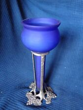 vase soliflore coupe en verre bleu et pied metal decor grappe de raisin vigne
