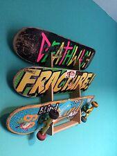 Skateboard Rack. contiene fino a 3 schede. montato a parete.