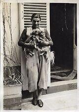 PHOTO de presse TRAMPUS Paris + Un homme tient 2 PEKINOIS dans ses bras + CHIEN