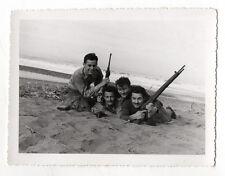 PHOTO VINTAGE - MILITAIRE SOLDAT Guerre d'Algérie Plage Fusil Arme Vers 1960