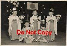 Orig 1955 JAPANESE Pic#24 Pageant 5 Children in TRADITIONAL COSTUME & Flag JAPAN