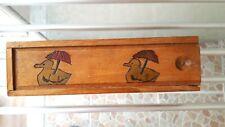 plumier vintage en bois décoré de canards gravés et peints