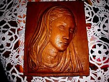 plaque de cire avec visage de la vierge marie   sculpture religion  aspect bois