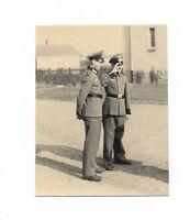 Foto, Zwei Soldaten in Uniform, Mütze, Gebäude