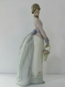 Lladro Basket of Love Figurine #7622 Collectors Society 1994 Girl With Flowers