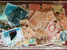 Boite de 15,5 X 9,5 X 3 cm - remplie de timbres oblitérés et 9 bottes de 100 .