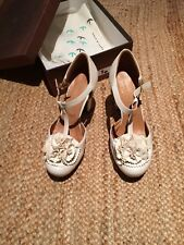 Gorgeous Chie Mihara Size 39 UK 6 cream high heel shoes with rosettes