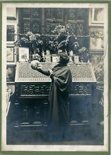 Angleterre, Femme avec un crâne, ca.1920, vintage silver print Vintage silver pr