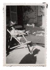 PHOTO ANCIENNE Snapshot OMBRE DU PHOTOGRAPHE 1950 Homme Chaise Longue Chapeau