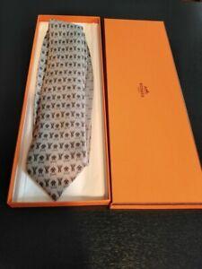 cravate en soie hermès 625660 Ea grise dans sa boîte