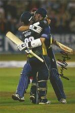 3) a 6 X 4 Pulgadas Foto firmado personalmente por Essex Jugador de Cricket James Foster.