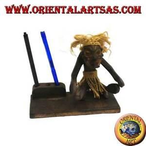Portapenne con scultura di un uomo primitivo in legno di teak