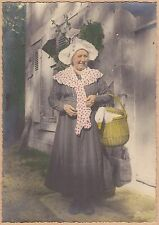 PHOTO VINTAGE : FEMME NORMANDIE COIFFE et OIE REHAUSSE COULEUR 1950