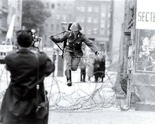 EAST GERMAN GUARD JUMPS BARBED WIRE TO FREEDOM IN WEST BERLIN 8X10 PHOTO (DD361)