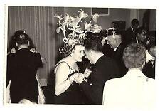 Soirée couples hommes femmes chapeau déguisement - photo ancienne an. 1950 60
