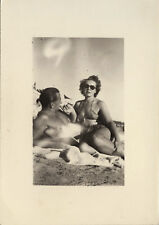 PHOTO ANCIENNE - VINTAGE SNAPSHOT - COUPLE AMOUREUX PLAGE MAILLOT BAIN - BEACH