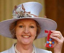 Penelope Keith 10 x 8 UNSIGNED photo - P1139 - With her medal