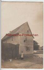 (F3132) Orig. Foto Frau vor Gebäude, Hoftor vor 1945