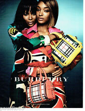 PUBLICITE ADVERTISING 1016  2015   les  sacs Burberry avec Naomie Campbell