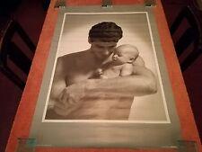Cartel de hombre holding bebé Vintage. con imperfección. Scandecor 1991. Forster
