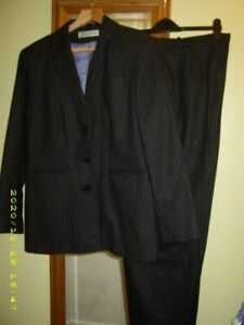 NEW * WOMEN'S AMARNTO GREY PINSTRIPED 2 PIECE SUIT  WOOL 💕JACKET TROUSERS UK 18