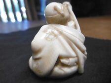 NETSUKE  MEIJI homme avec sa pipe se grattant le dos (qualité Musée)