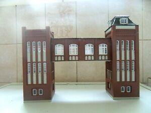 D20) Lot de 2 bâtiments avec passerelle Montés echelle HO train electrique jouef