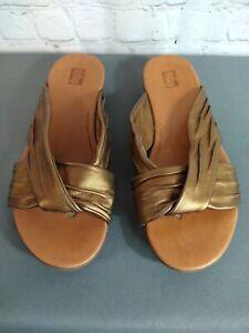 EUC women's FIT FLOP metallic gold strappy flip flop sandals - SIZE 8 / 38