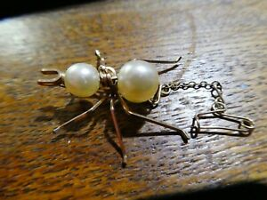 Gorgeous vintage yellow metal spider brooch / faux pearl body and safety chain