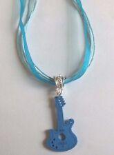 collier organza bleu avec pendentif guitare en bois bleue 35x20 mm