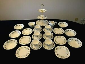 AN ELEGANT 6 PLACE TEA SET WITH BOWLS BY COLCLOUGH IN THE 'LINDEN' PATTERN