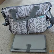 Bambini & ME Stylish Arrows gray/white diaper bag with changing pad