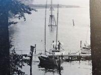 Antik - Foto um 1940:  Kleiner Bootsanleger mit Seglern an der Elbe bei Hamburg