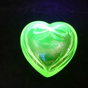 "VINTAGE 3"" HEART BOX Yellow Vaseline Glass SUMMIT Uranium Covered Trinket Dish"