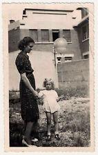 snapshot photo vintage petite fille au ballon 1942