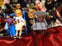 lot décor poupée 4piéces====  banc ,fauteuil et 2petites vintages  bon état