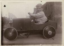 PHOTO ANCIENNE - VINTAGE SNAPSHOT - ENFANT VOITURE À PÉDALES SOURIRE - CAR TOY