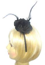 rose noir avec plumes sur bandeau