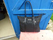 sac à main Sonia Rykiel en toile noire imprimée grand modèle porté épaule