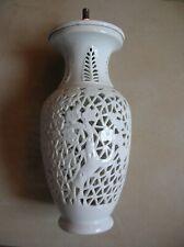 Ancien pied de lampe en porcelaine ajourée et métal de 26,3 cm