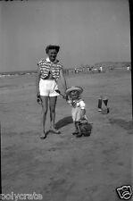 Portrait Femme Enfant Jeux Jouets Bord de Mer Plage  -  Négatif photo ancien