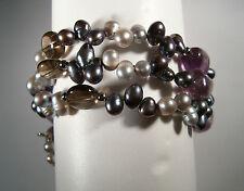 dreireihiges Armband mit silberfarbenenPerlen und verschiedenen Edelsteinen
