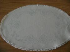 Napperon ovale à broder, bordé dentelle avec échevettes