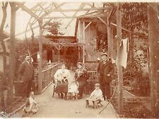 C182 Photographie vintage original groupe personnages devant maison jardin jouet