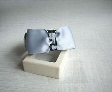 Bracelet jonc rigide coeurs gris sur fond noir  noeud noir